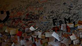 Poco carda con un esmero cariñoso en la pared del balcón de Juliet almacen de video