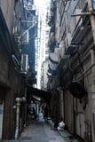 Poco carril estrecho entre dos edificios en Hong Kong Imágenes de archivo libres de regalías