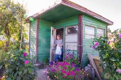 Poco casa de madera del jardín fotografía de archivo libre de regalías