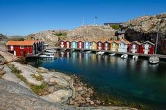 Poco casas barco coloridas en Smögen en el westcoast Suecia imagen de archivo libre de regalías