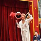 Poco circo, juggler con i cappelli nel villaggio del Disney Immagine Stock