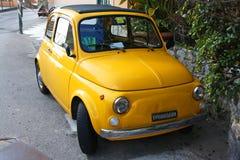 Poco coche amarillo del fíat fotografía de archivo