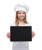 Poco cocinero o panadero con el papel negro en blanco Imágenes de archivo libres de regalías