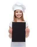 Poco cocinero o panadero con el papel negro en blanco Imagen de archivo