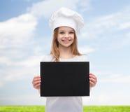 Poco cocinero o panadero con el papel negro en blanco Foto de archivo