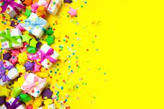Poco color del blanco de la caja de regalo Backgraund amarillo Imagen de archivo