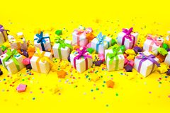 Poco color del blanco de la caja de regalo Fondo amarillo Imagenes de archivo