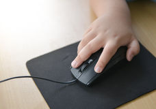 Poco computer del topo e della mano Fotografia Stock Libera da Diritti