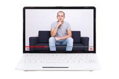 Poco computer portatile con il video blogger sullo schermo isolato su bianco Fotografie Stock Libere da Diritti