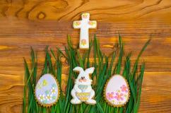 Poco conejito y huevos de Pascua en hierba verde Imágenes de archivo libres de regalías