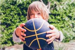Poco conexiones sensoriales al aire libre del jugador de básquet del niño fotografía de archivo
