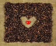 Poco corazón en los granos de café Imagenes de archivo