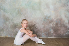 Poco costume da bagno bianco di seduta del ballerino di balletto Fotografie Stock