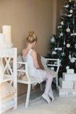 Poco costume da bagno bianco di seduta del ballerino di balletto Fotografia Stock