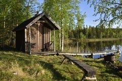 Poco cottage di pesca alla riva del lago circondata dal tre della betulla Fotografia Stock Libera da Diritti