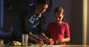Poco cuoco unico sta prendendo la lezione dalla mamma come cucinare ed aiutare sua madre nella cucina stock footage