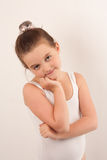 Poco danzatore di balletto che esamina e la macchina fotografica 6 fotografie stock libere da diritti