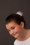 Poco danzatore di balletto che sorride e che osserva da parte 2 fotografia stock
