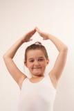 Poco danzatore di balletto sveglio che sorride alla macchina fotografica fotografia stock libera da diritti