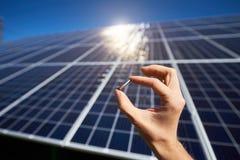 Poco dettaglio dal montaggio di batterie solari da essere necessario fotografie stock libere da diritti