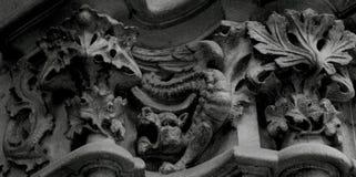 Poco dragón que juega entre las hojas Fotos de archivo