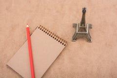 Poco Eiffel Tower, cuaderno y lápiz modelo Foto de archivo