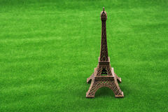 Poco Eiffel Tower modelo en hierba Imagen de archivo libre de regalías