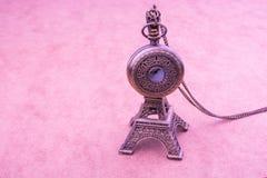 Poco Eiffel Tower modelo y un reloj de bolsillo Fotos de archivo libres de regalías