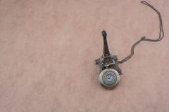 Poco Eiffel Tower modelo y un reloj de bolsillo Foto de archivo