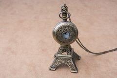 Poco Eiffel Tower modelo y un reloj de bolsillo Fotos de archivo