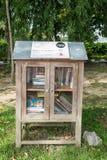 Poco estante situado en los jardines del lago Titiwangsa, del Titi de la biblioteca de la calle permitió que los visitantes leyer Foto de archivo