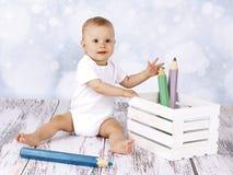 Poco fare da baby-sitter sul pavimento con grande coloritura disegna a matita Fotografie Stock Libere da Diritti