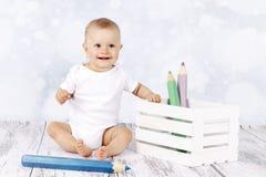 Poco fare da baby-sitter sul pavimento con grande coloritura disegna a matita Fotografia Stock Libera da Diritti