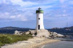 Poco faro di Palau su Costa Smeralda, Sardegna, Italia fotografia stock libera da diritti