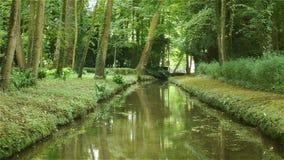Poco fiume al giardino del castello di Canon, Francia video d archivio