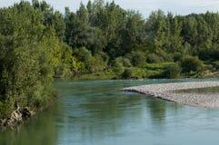 Poco fiume che passa attraverso le pianure italiane Fotografie Stock