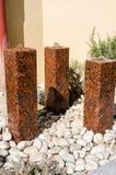 Poco fuentes de agua hechas de la piedra imagenes de archivo