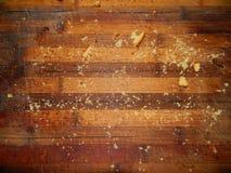 Poco fuera de la torta comida en un tablero de madera Imagen de archivo libre de regalías
