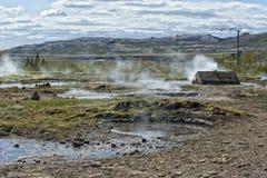 Poco geyser in Islanda mentre soffiando acqua Fotografia Stock Libera da Diritti
