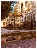 Poco giardino dalla cattedrale di Rouen immagini stock