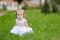 Poco gilr in vestito bianco piacevole Fotografie Stock