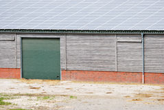 Poco granaio con energia solare fotografie stock