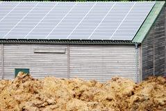Poco granaio con le pile solari immagine stock