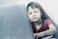 Poco hancker sta codificando sul computer portatile Immagini Stock Libere da Diritti