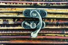 Poco hasp del ferro su priorità bassa di legno fotografie stock libere da diritti