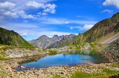 Poco lago con el color hermoso del agua en Siberia Imagen de archivo libre de regalías