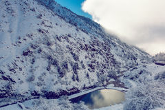 Poco lago del pictersque en montañas nevosas Fotos de archivo libres de regalías