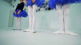 Poco las bailarinas está señalando los dedos del pie que llevan los zapatos de ballet almacen de metraje de vídeo