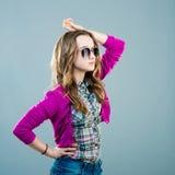 Poco modelo de moda en gafas de sol Fotografía de archivo