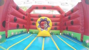 Poco muchacha hermosa que salta en un trampolín inflable metrajes